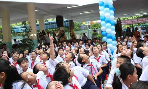 Cuộc cạnh tranh phía sau những bộ đồng phục mùa tựu trường ngày một khốc liệt. Ảnh: Nguyễn Loan