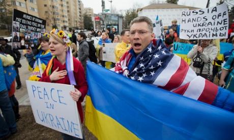 Những người biểu tình tụ tập trước Đại sứ quán Nga tại Washington để phản đối hành động xâm lược bán đảo Crimea. Ảnh: AP