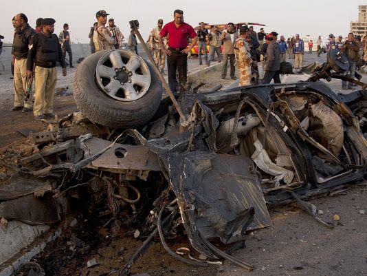 Chiếc xe chở chỉ huy cảnh sát Chaudhry Aslam bị đánh bom. Ảnh: AP