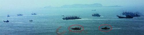 Tàu cá Trung Quốc (khoanh đỏ) hoạt động trái phép ngoài khơi đảo Yeonpyeong hôm 2-5. Ảnh: Chosun Ilbo