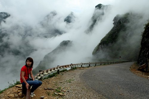 Du khách ngẩn ngơ khi mây ùa đến trên đèo Mã Pì Lèng làm khung cảnh trở nên huyền hoặc - Ảnh: Mộc Miên