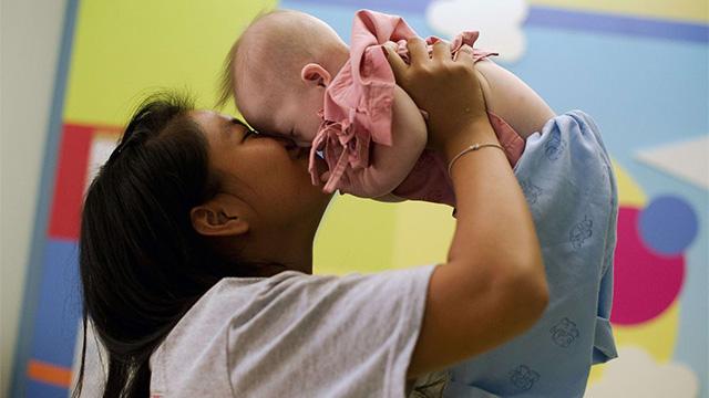 Câu chuyện bé Gammy bị cha mẹ vứt bỏ đang khiến cả thế giới quan tâm. Ảnh: Reuters