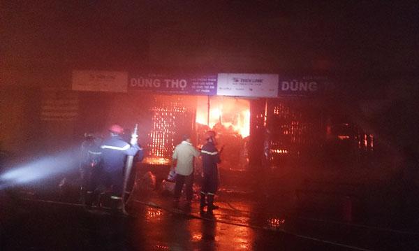 Đám cháy bùng phát dữ dội tại 3 kios mang tên Dũng Thọ