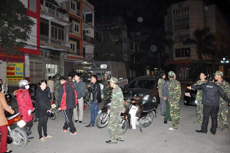 Lực lượng chức năng của phường Bạch Đằng có mặt tại hiện trường chuẩn bị lên núi dập lửa.