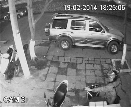 Hình ảnh kẻ trộm đang lấy xe.