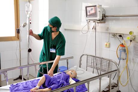 Cháu Vương đang được điều trị tại Khoa gây mê hồi sức.