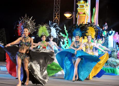 Những người mẫu, diễn viên với trang phục sặc sỡ gây ấn tượng mạnh với du khách.