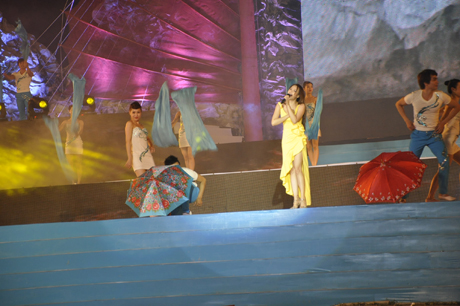 Ca sỹ Hồ Quỳnh Hương biểu diễn tại Carnaval Hạ Long 2013.