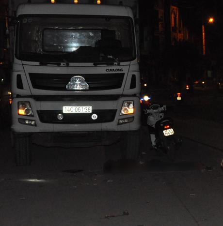 Hiện trường nơi Tới lao người vào xe tải tử tự.