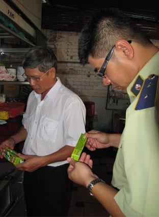 QLTT tham gia cùng Đoàn liên ngành du lịch và dịch vụ TP. Vũng Tàu kiểm tra các quán ăn.