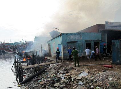 Ngọn lửa được nhiền người dân cho biết là xuất phát từ căn nhà 413/3/4 đường Trần Phú (phường 6, TP.Vũng Tàu). Căn nhà này chuyên thu mua ve chai và dầu nhớt cặn từ các tàu cá.