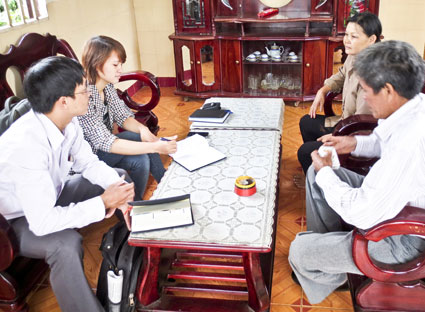 Vợ chồng ông Nguyễn Văn Thắng (bên phải) trao đổi với phóng viên báo BR-VT chung quanh những tờ rơi tố cáo ông Thắng.
