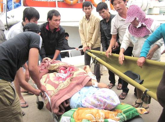 Người nhà chuyển chị Hiền từ tàu cao tốc lên xe cấp cứu.