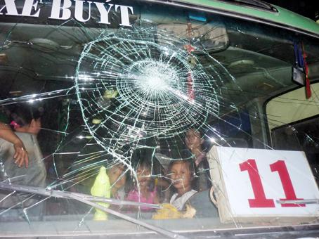 Kính xe buýt bị đập vỡ. Ảnh: T.Danh