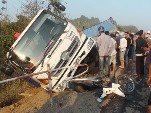 Xe máy biển số 60B7-001.69 bị xe tải cán lên