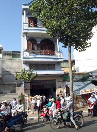 Người dân hiếu kỳ đứng trước nhà nghỉ Phương Khanh xem lực lượng công an giải cứu con tin.