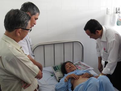 Các bác sĩ đang thăm khám cho cụ bà Nguyễn Thị Sáu