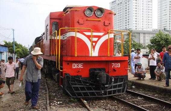 Đầu kéo đoàn tàu TN2 nằm giữa đường sắt số 2 và 3.