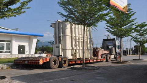 Xe tải trên 100 tấn dừng nghỉ ở một cây xăng tại huyện Xuân Lộc vào chiều 20-4 (ảnh S.Đ).