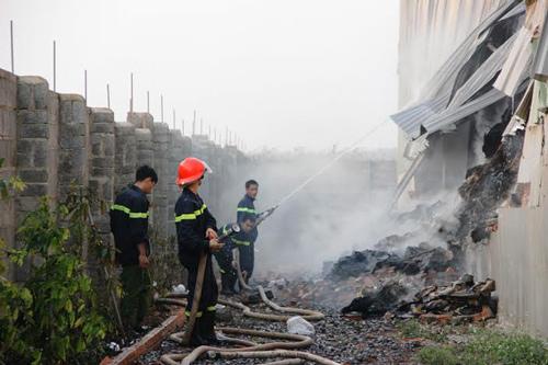 Phòng Cảnh sát PCCC- CHCN đã phải huy động 10 xe cứu hỏa cùng hơn 80 cán bộ chiến sĩ mới khống chế được vụ cháy
