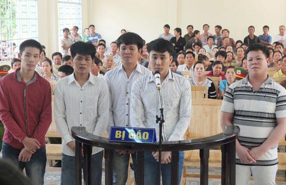 Các bị cáo Phát, Văn Hùng, Thanh Hùng, Việt, Cường (từ trái sang phải) tại phiên xét xử lưu động, sáng ngày 24-4, tại UBND xã Xuân Hưng (huyện Xuân Lộc)