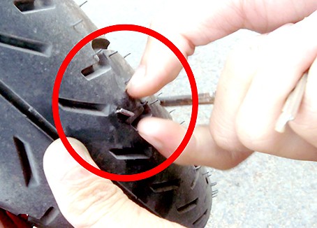 Một trường hợp xe bị cán đinh khi đi trên quốc lộ 51, đoạn gần Khu công nghiệp Tam Phước, vào ngày 31-5-2014.