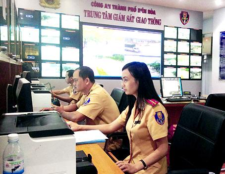Cán bộ Trung tâm giám sát giao thông Công an TP.Biên Hòa đang theo dõi hình ảnh từ camera gửi về