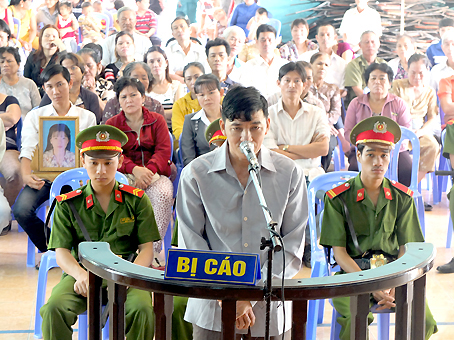 Bị cáo Phạm Văn Nhàn tại phiên tòa xét xử lưu động ở xã Phước Tân ngày 27-6.