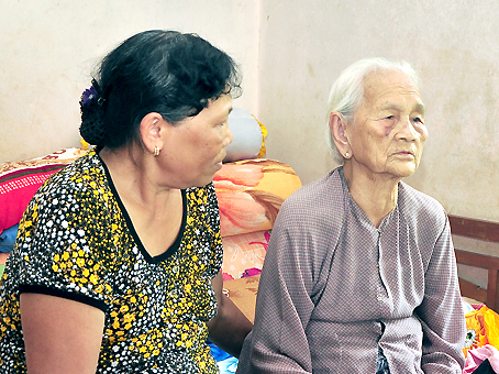 Bà cụ Võ Thị Bài (ngồi cạnh con gái) kể lại sự cố đã xảy ra.