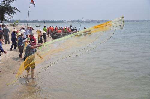 Du khách nước ngoài trải nghiệm làm ngư dân tại Cồn Doi.