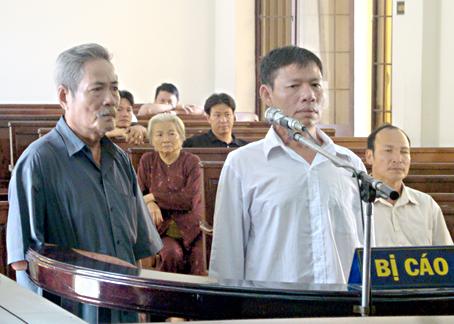 Hai bị cáo Huỳnh Anh và Nguyễn Trí Hải (áo trắng) tại phiên tòa.