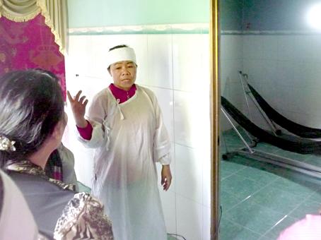 Người nhà ông Nguyễn Văn Hai đau buồn kể lại sự việc nạn nhân bị ông Lâm Hoàng Huynh tẩm xăng đốt.