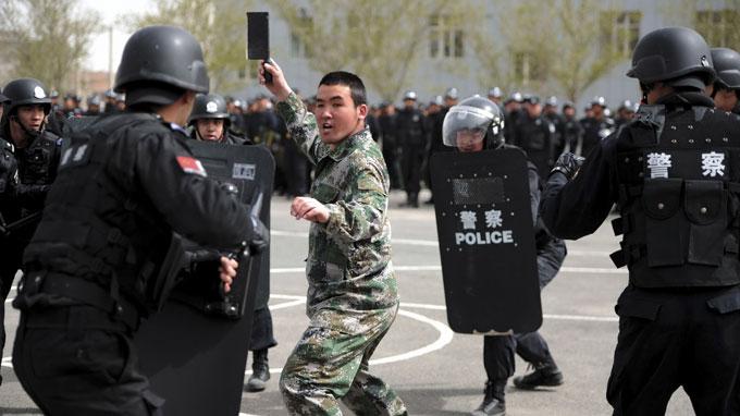 Diễn tập chống khủng bố ở Urumqi (Tân Cương) ngày 26-4 - Ảnh: Reuters