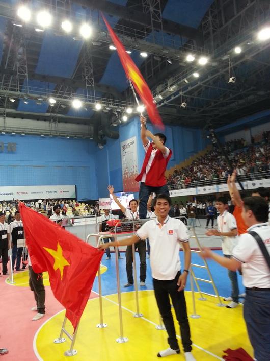 Niềm vui đoạt chức vô địch của đội Robocon Việt Nam - Ảnh: ĐĐ