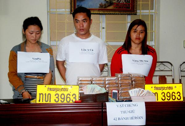 Bắt 3 kẻ buôn 42 bánh heroin, đi xe biển số nước ngoài