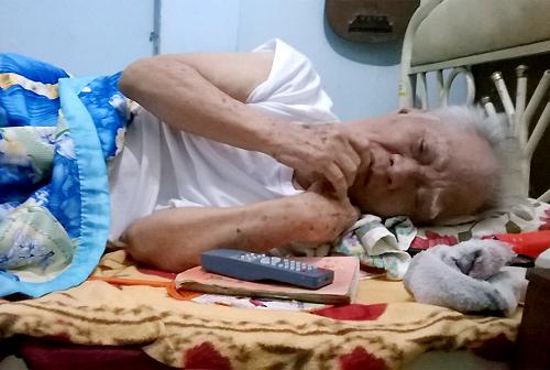 Nhạc sĩ già nâng niu từng đồng tiền được những người hảo tâm kính biếu. Ông có một chiếc túi nhỏ khâu ở cạp quần, bên trong có chiếc ví nhỏ, đựng tiền và giấy tờ tùy thân. Ông vuốt ve từng đồng tiền thật phẳng phiu trước khi cho vào ví.