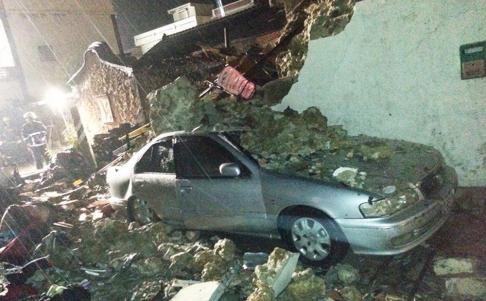 Ngôi nhà tan hoang sau khi máy bay rơi. Ảnh: SCMP