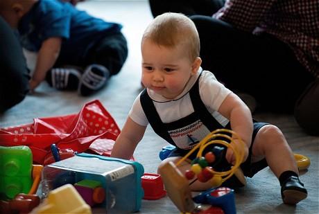 George nhanh chóng chọn được món đồ chơi mình muốn. Ảnh: EPA