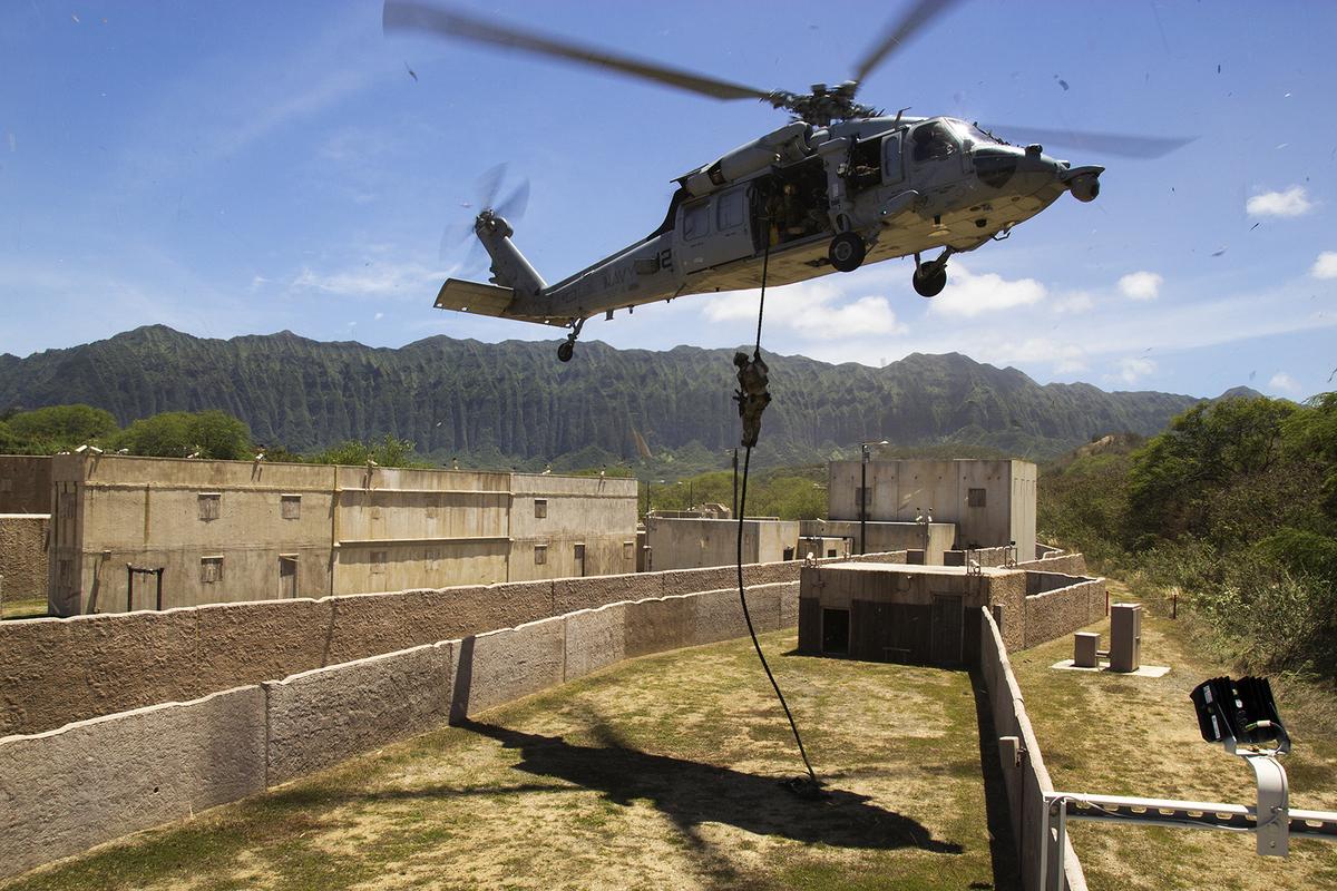 Lực lượng SEAL của Hàn Quốc xuống làng tập trận RIMPAC hôm 10-7 tại vịnh Kaneohe, Hawaii. Họ rời chiếc trực thăng MH-60S Seahawk bằng dây thừng.