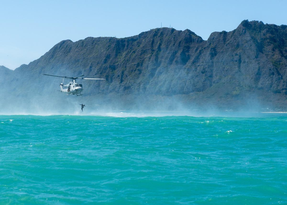 Binh sỹ Canada nhảy ra khỏi trực thăng ơ bờ biển Hawaii để thực hiện nhiệm vụ trinh sát.