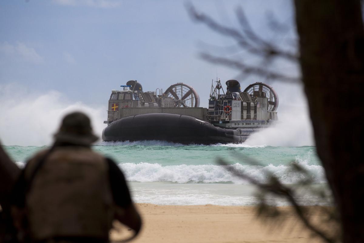 Tàu đổ bộ đệm khí của Mỹ rời cảng USS Rushmore, chuẩn bị đổ bộ vào bờ biển Vịnh Kaneohe, Hawaii.