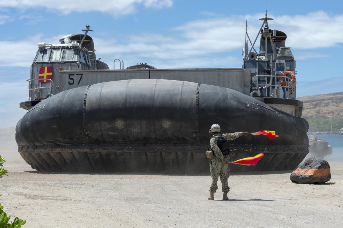 Thủy thủ Darius Thigpen, từ Chicago chỉ huy tàu đổ bộ đệm khí LCAC cập cảng Kawaihae, Hawaii.
