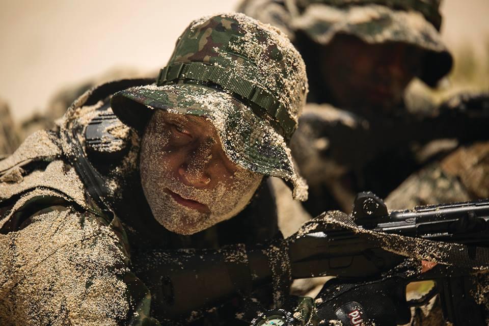 Một lính phòng vệ Nhật Bản chờ đội trưởng ra tín hiệu dâng cao vị trí