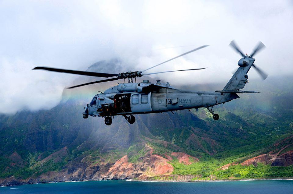 Trực thăng MH-60S Seahawk chuẩn bị hạ cánh xuống tàu sân bay USS Ronald Reagan.