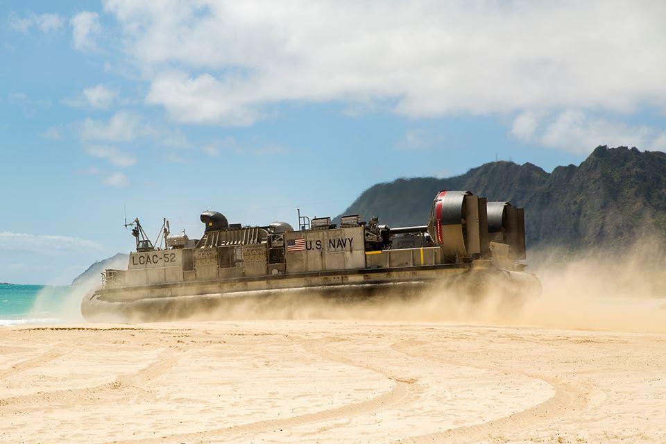 Tàu đổ bộ đệm khí LCAC rời cảng Vịnh Kaneohe, Hawaii để quay về cảng USS Rushmore sau khi hoàn thành vận chuyển quân đội và vũ khí.
