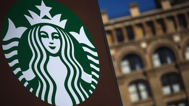 Starbucks hôm nay (22-7) vừa đau đớn xác nhận một số chi nhánh của hãng ở Trung Quốc cùng từng bán các đồ ăn từ thịt gà có xuất xứ từ Phúc Hỷ! Ảnh: Reuters