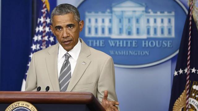 Toàn bộ sự chú ý đã dồn vào bộ lễ phục mùa hè mát mắt khác thường của ông chủ Nhà Trắng. Ảnh: Reuters