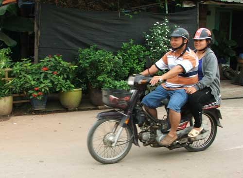 Vợ chồng anh Hoàng đang tuần tra trên địa bàn phường Lái Thiêu