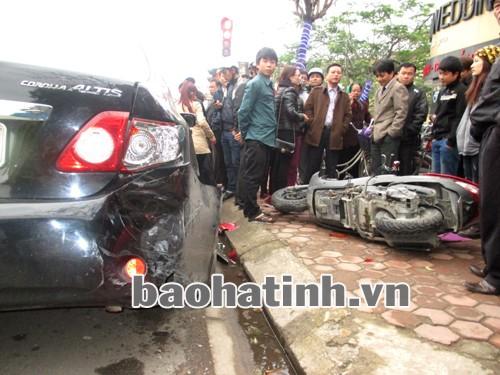 `Òa` ga, xe máy không người lái lao vào ô tô