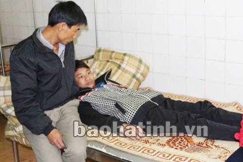 Em Phan Văn Chung đang được điều trị tại Bệnh viện ĐK Hương Khê